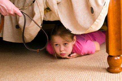Ребенок прячется под кроватью