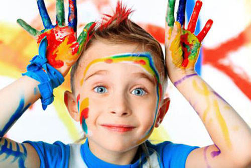 Мальчик и руки в краске