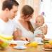 Родители с ребенком за столом