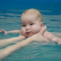 Новорожденный плавает