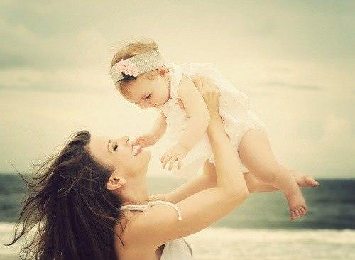 мама с ребенком у моря