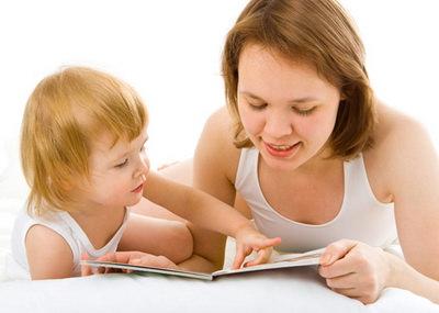 Мама с дочкой читают