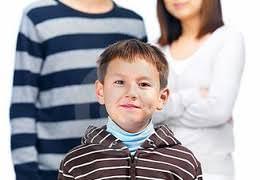 Мальчик перед родителями