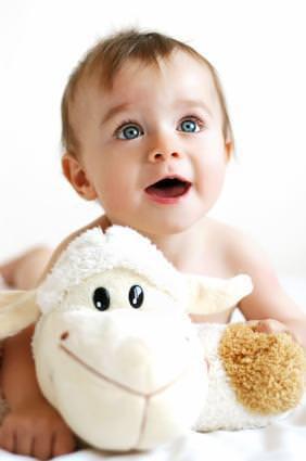 Ребенок и мягкая игрушка