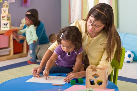 Мама рисует с ребенком