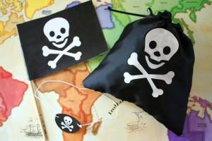 Пиратский флаг и карта