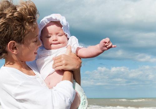 Мама с ребенком на солнце