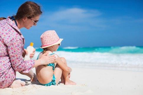 Мама и ребенок на пляже