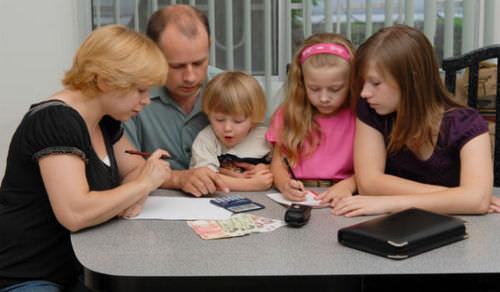 Трое детей в семье: льготы и пособия, которые вам положены