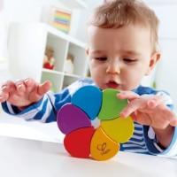 ребенок и разноцветная игрушка