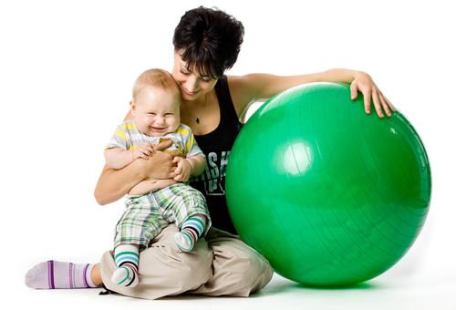 Фитбол и малыш с мамой