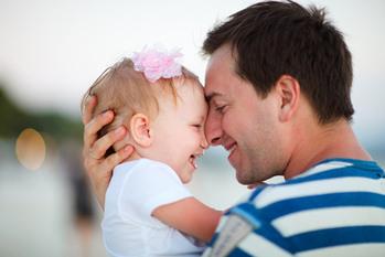 Папа и ребенок на улице