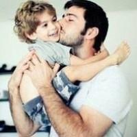 отец целует ребенка