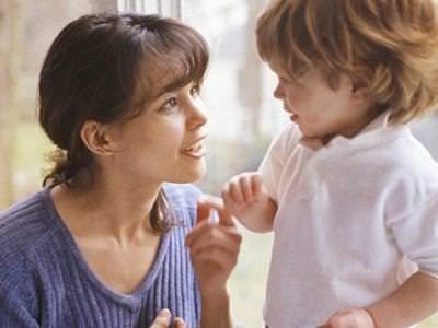 Мать разговаривает с ребенком