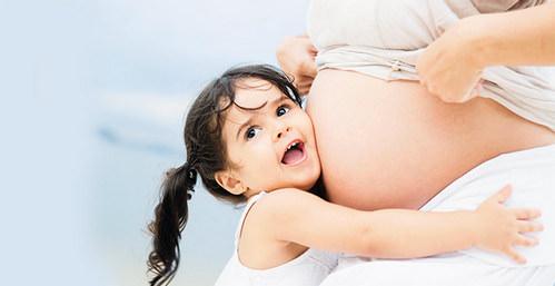 Девочка и беременная мама