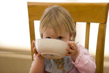 Ребенок и тарелка
