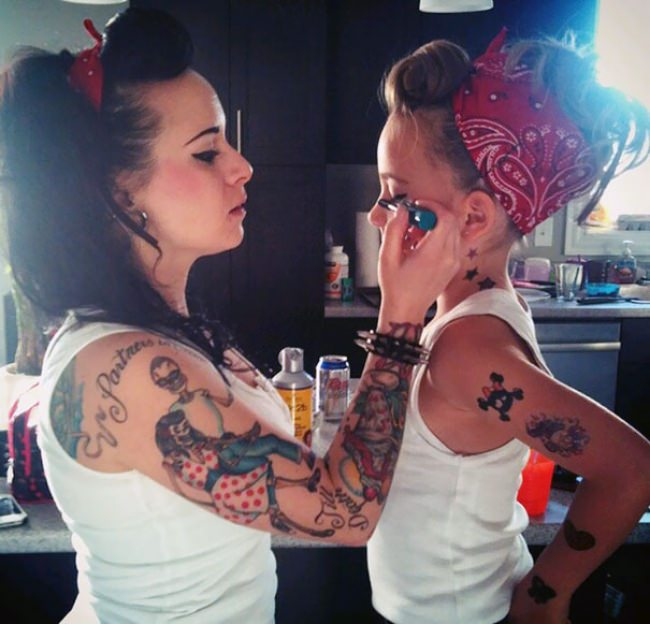 7659010-R3L8T8D-650-like-mother-like-daughter-funny-photography-22