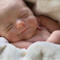 малыш 1 месяца улыбается