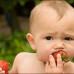 Ребенок и клубника