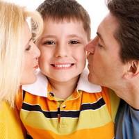 Родители целуют сына