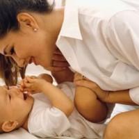 мама смеется с ребенком