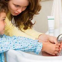 Мама с сыном моет руки