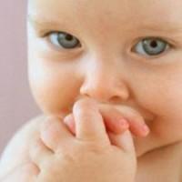 малыш закрыл рот руками