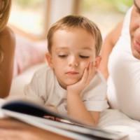 Родители учат читать сына