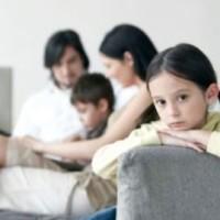 Родители и двое детей на диване